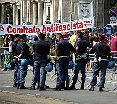 Milano, scontri polizia-centri sociali davanti al Cimitero Maggiore