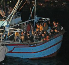 Lampedusa, pescherecci nella burrasca per salvare 650 immigrati in difficoltà
