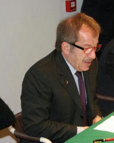 Maroni conferma la tassa agli immigrati Duello con Berlusconi, poi il chiarimento