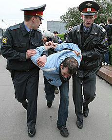 Mosca, manganelli contro il Gay pride Ammanettati venti manifestanti
