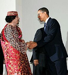 Il leader libico Gheddafi stringe la mano al presidente degli Usa Obama
