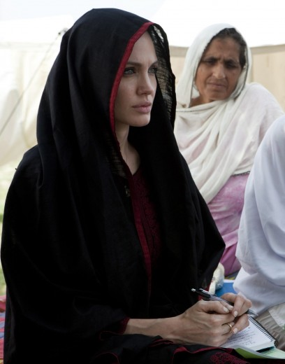 Angelina Jolie con il velo in Pakistan