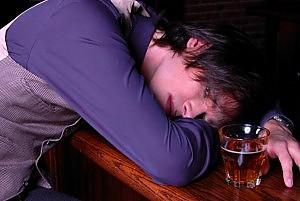 Alcol, astemi quattro italiani su 10 ma è allarme consumi tra i giovani