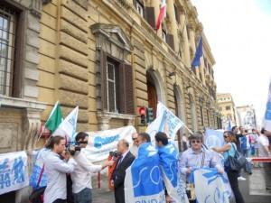 """I poliziotti in piazza contro i tagli """"Tremonti e governo, ci avete tradito"""""""