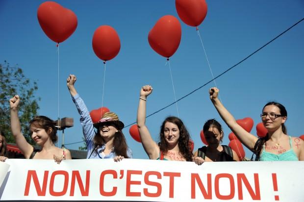 Parigi, in centinaia alla 'SlutWalk' per dire 'no' alla violenza contro le donne