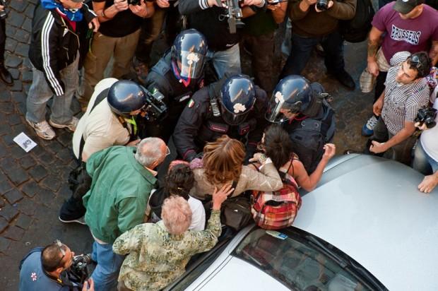 Manifestante fermata e liberata dalla folla