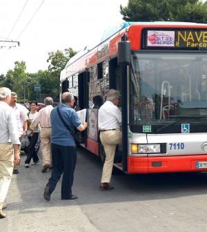 Benzina alle stelle, l'auto resta in garage così gli italiani riscoprono bus e metrò