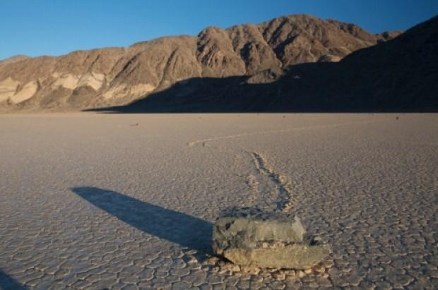 California, nuove immagini mostrano il mistero delle pietre che camminano