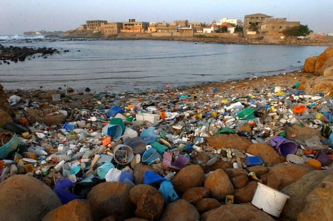 Buste, bottiglie, cassette di polistirolo: il Mediterraneo è un mare di plastica
