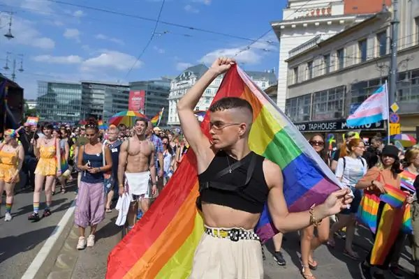 Miles de húngaros desafían a Orban al sumarse al Orgullo Gay en el centro de Budapest - Republica.com
