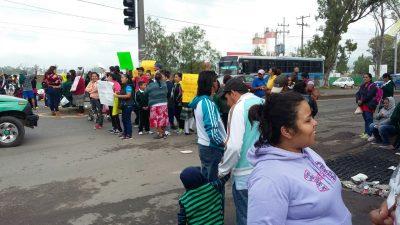 Padres de familia cierran la carretera 210 exigiendo que no se instale una gasolinera