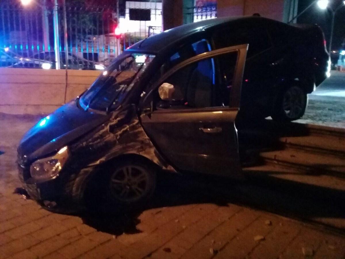 Borrachazo, automóvil terminó dentro de la Alameda Hidalgo