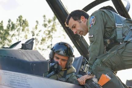 Cpt. cdor Andrei și lt. col. Rosa se pregătescsă închidă cupola înainte de pornirea motorului (Foto Cer Senin)