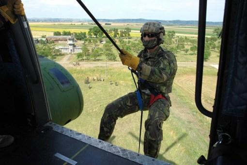 Rangerul coboară înainte ca elicopterul să pună roţile