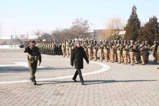 Ministrul Dusa trece in revista militarii brigazii