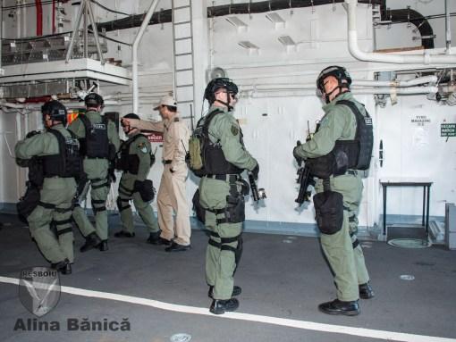 Operatori DSPI in hangarul fregatei Regina Maria