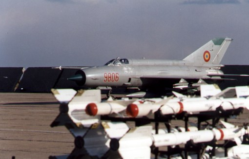 Avion MiG-21 MF inarmat cu rachete aer-aer RS-2 US si R-3 S