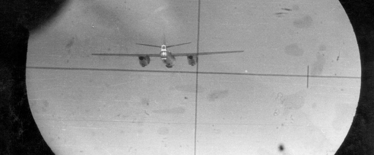 Cadru de fotomitralieră cu interceptarea unui avion Il-28 (© ARIPI ARGINTII)