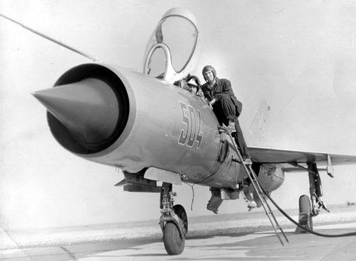 Pilot, tehnic și avion MiG-21 RFM pe aerodromul Deveselu, 1968 (© ARIPI ARGINTII)