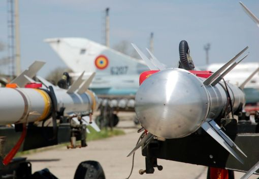 Rachete aer-aer Matra R.550 Magic 2 și un avion MiG-21 LanceR C în fundal - MK, 2007 (© ARIPI ARGINTII)