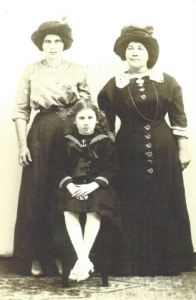 Who is the little girl in this photo wih the two Portuguese women?