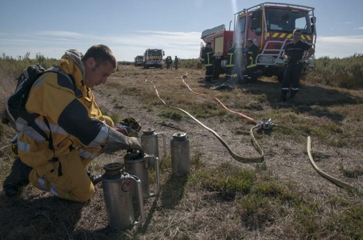Vérification des torches avant la mise à feu © Jean-Guy Couteau