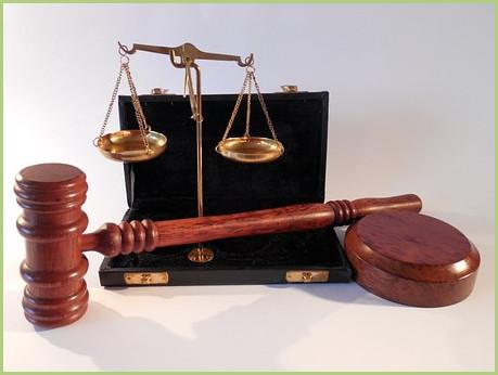 Menzioni legali. Martelletto e scale di giustizia