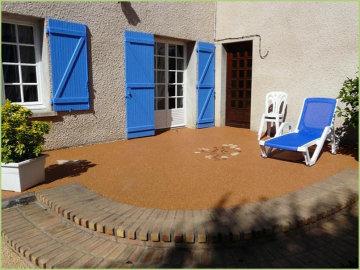 Una casa francese in Provenza, con le sue persiane blu, la terra è scura aggregato di marmo