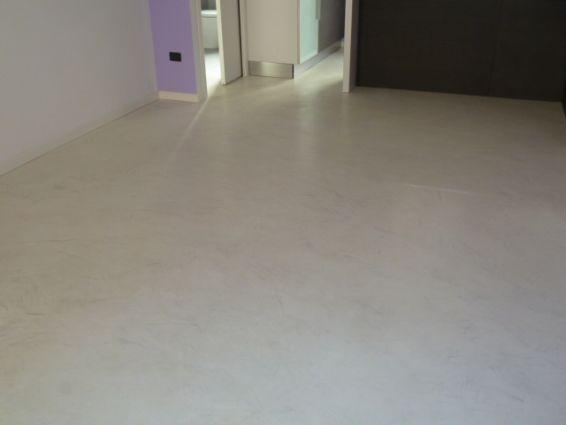 Pavimenti in resina bianca con spatolature argento