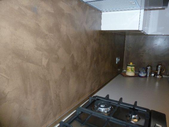 La resina può essere impiegata per creare pavimenti belli e colorati, ma soprattutto unici. Rivestimento Cucina In Resina Spatolata Color Cioccolato Resine Design