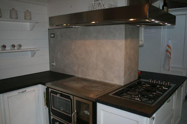 Rivestimento cucina in resina spatolata color argento