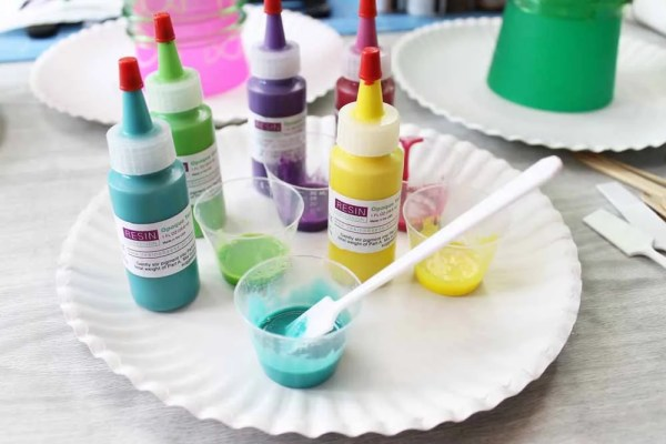 mixing resin with pigments