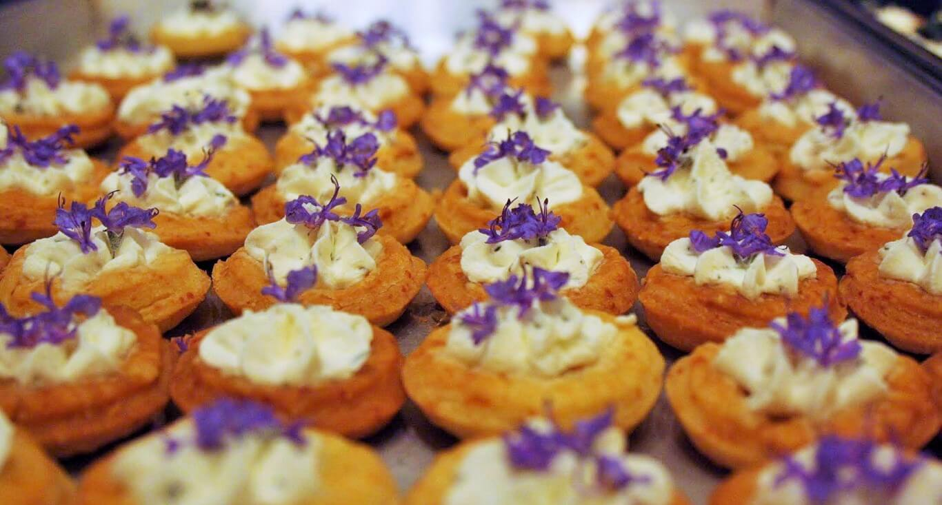 Tartellette di Parmigiano con formaggio di capra e Pycnanthemum