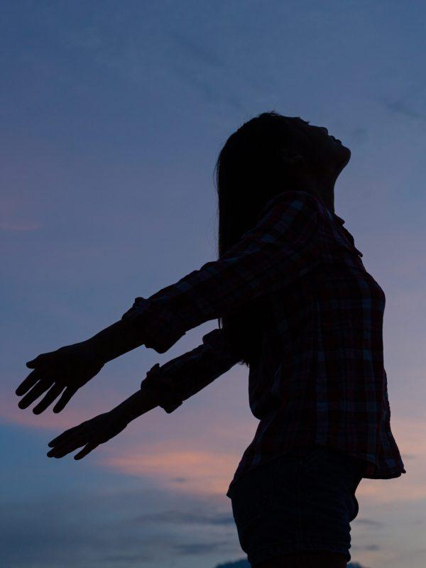 shadow-woman-standing-keep-her-head-posing