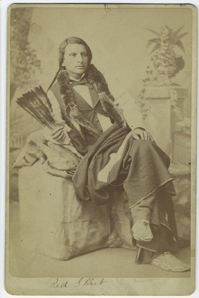 Portrait du chef Sioux Red Shirt, en 1879. Crédit photo : the New York Public Library Digital Collection