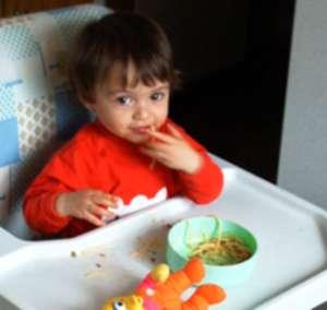 Laryssa com um ano comendo