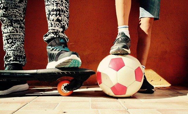 enfant avec un ballon de football