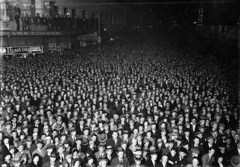 Election night crowd, Wellington, 1931 (1)