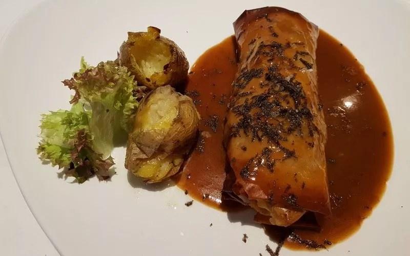 canelón crujiente de manitas de cerdo, boletus y mousse de foie con trufa por encima