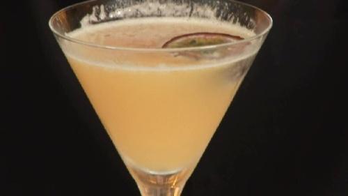 Cum se prepara Cocktail Passion Fruit Martini (video)