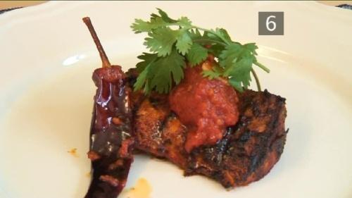 Cum se prepara Moroccan BBQ Barbecue Salmon cu Paprika Tomatoes