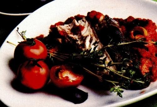 Peşte cu sos de roşii şi măsline