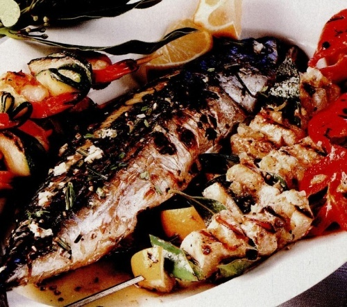 Peşte la cuptor şi frigărui din creveti