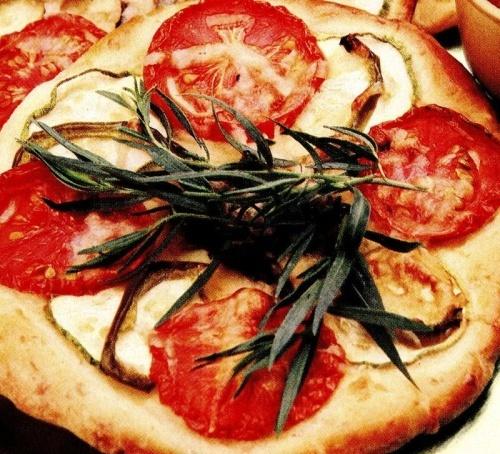 Pizza cu dovlecei şi tarhon