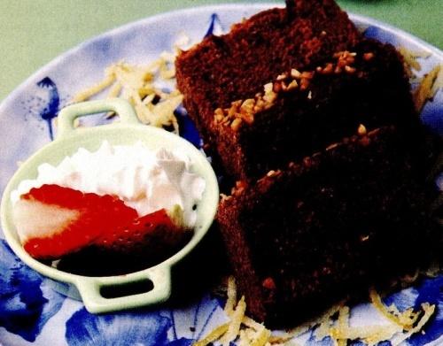 Prăjitură cu cacao şi căpşuni