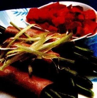 Rulouri de jambon cu fasole verde şi sos de legume