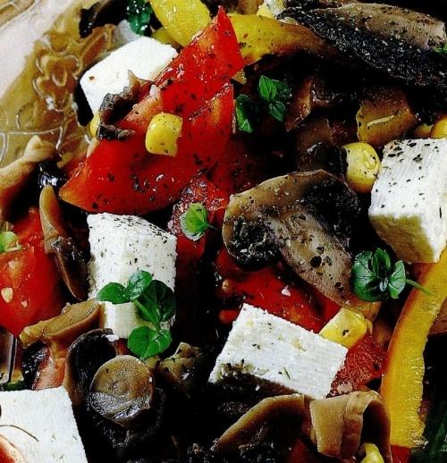Salată cu porumb, ciuperci şi brânză