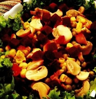 Salată de legume cu sos picant