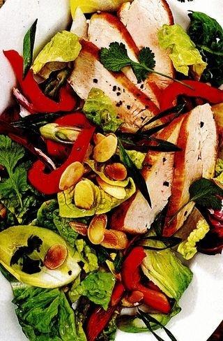 Salată de pui cu andive şi migdale