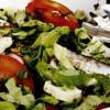 Salată cu hamsii si sos de verdeaţă